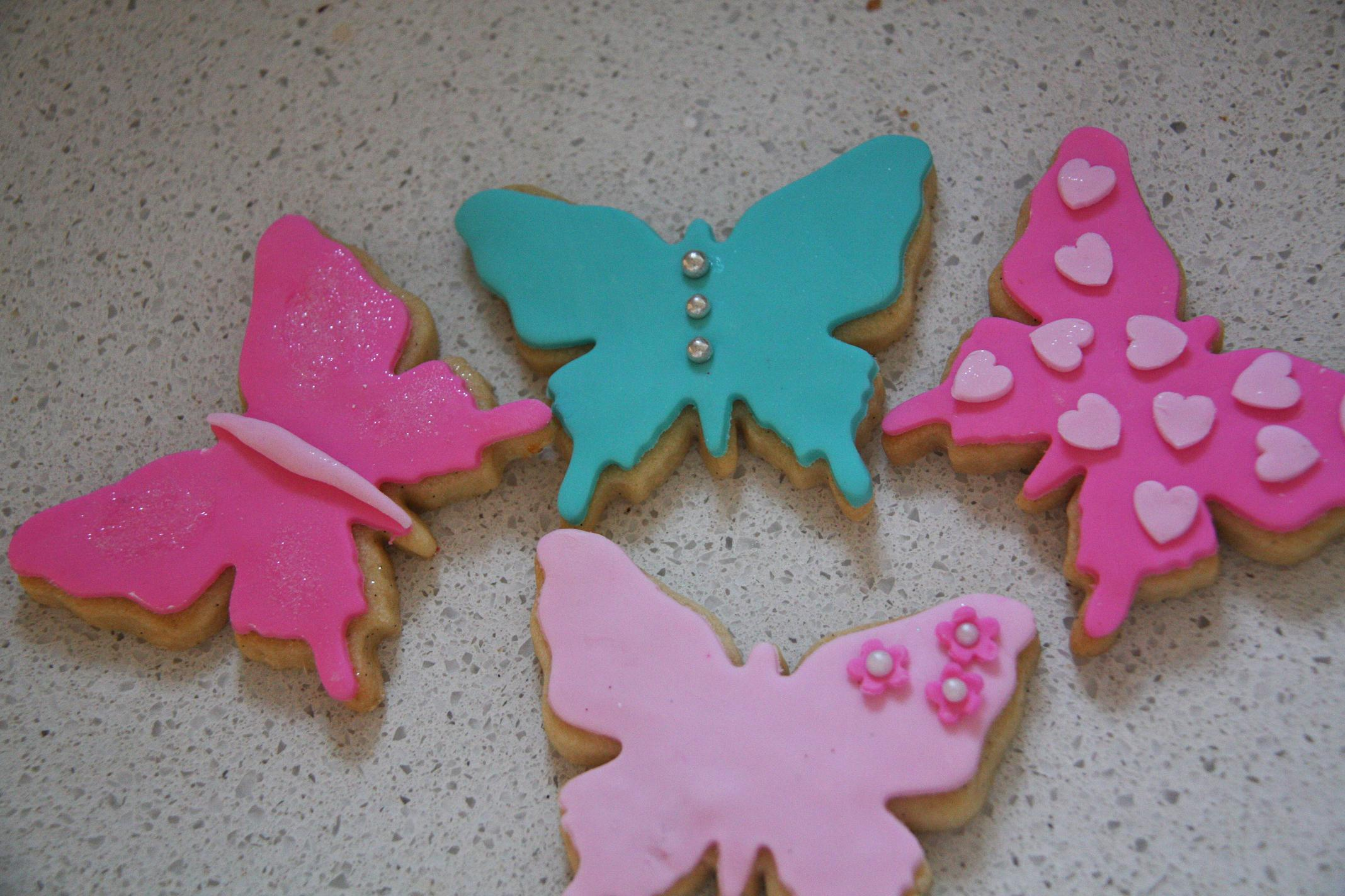 4 Easy Ways To Decorate Butterfly Cookies (Bronnie Vs Lily
